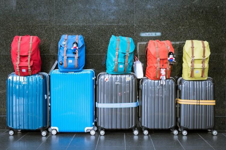 スーツケースとバックパック